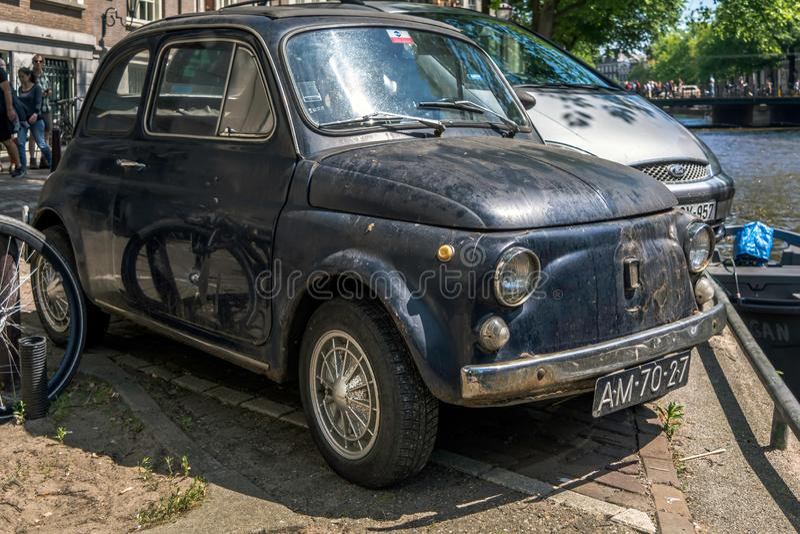 Framdel av den svarta gamla rostiga italienska lilla bilen Fiat 500L eller Lusso arkivfoton