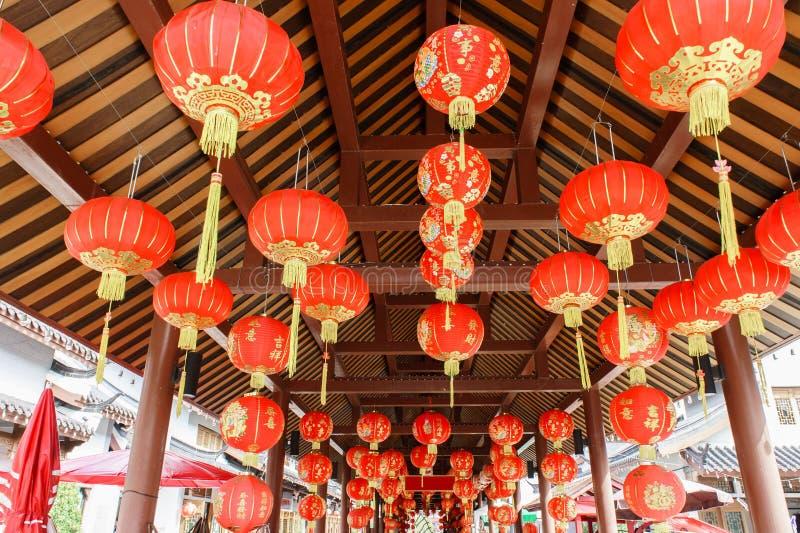 Framdel av den traditionella röda kinesiska bollen i tak royaltyfri bild