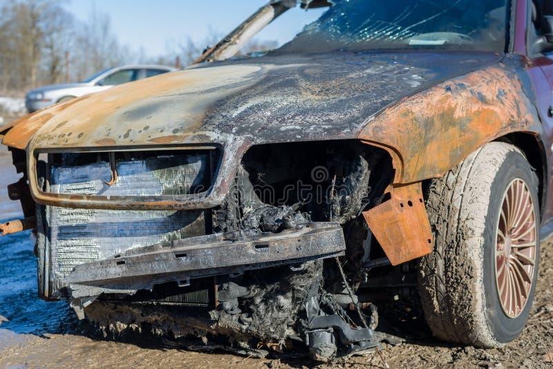 Framdel av den utbrända övergav bilen, försäkringreklamation fotografering för bildbyråer