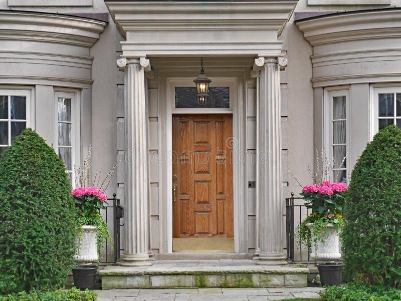 Framdel av det elegantly landskap huset arkivbilder