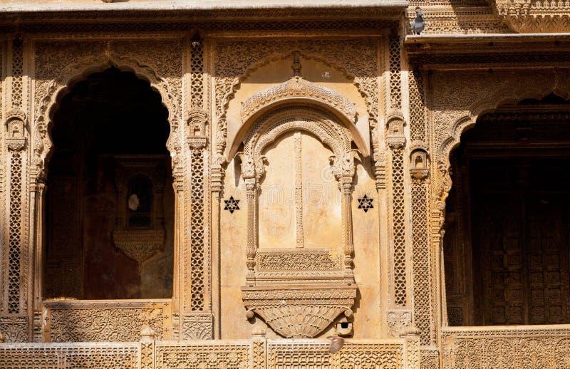 Framdel av det gamla huset med härliga stenbalkonger, Indien arkivfoton