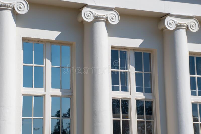 Framdel av det georgiska huset med pelare arkivbild