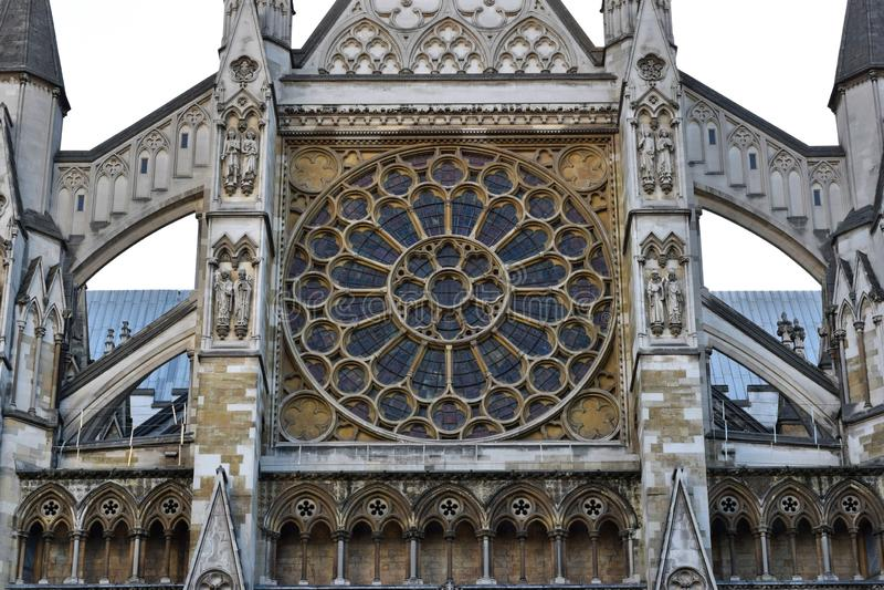 Framdel av en kyrka med dess exponeringsglas och stöd i London royaltyfria bilder
