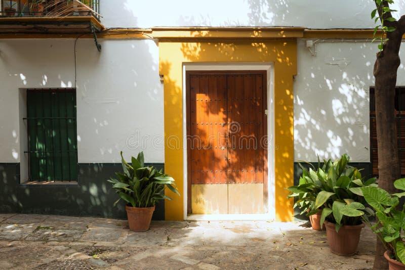 Framdel av ett hus i den Meditteranean stilen med växter royaltyfri bild