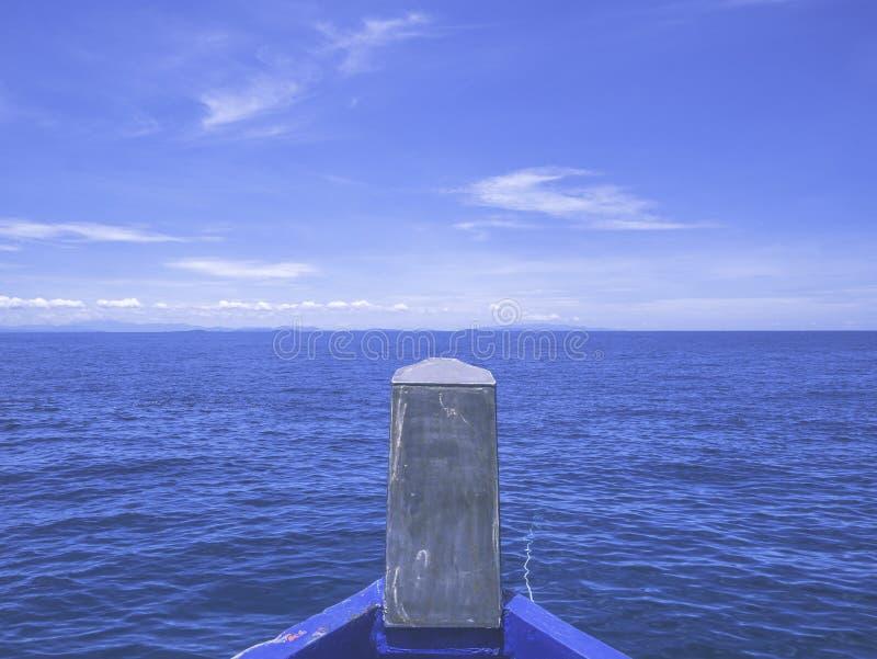 Framdel av fartyget som heading till havet, fantastiskt idylliskt hav royaltyfri bild