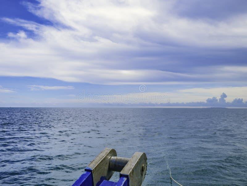 Framdel av fartyget som heading till havet, fantastiskt idylliskt hav arkivbilder