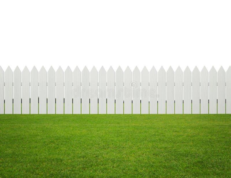 Framdel eller bakgård, vitt trästaket på gräset som isoleras på royaltyfri fotografi