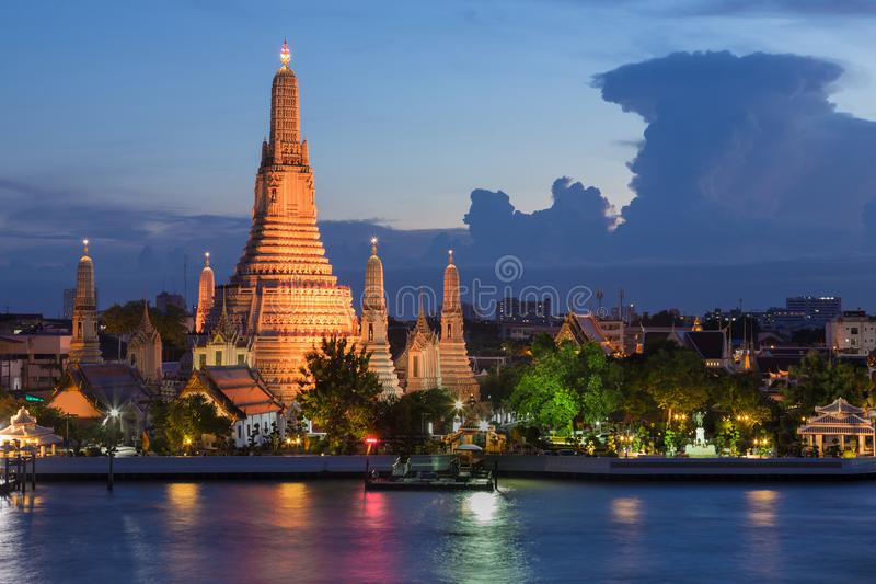 Framdel för Arun tempelflod på skymning, Bangkok arkivfoton