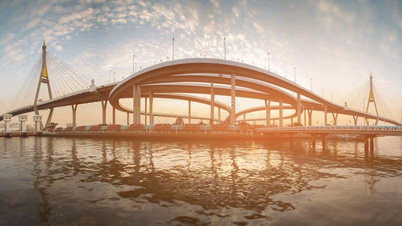 Framdel för flod för bro för panoramaBhumibol upphängning royaltyfri bild