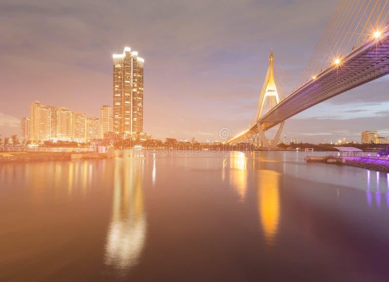 Framdel för flod för skymningupphängningbro arkivbilder