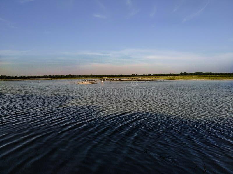 Framdel för flod flod, sol, naturligt vatten, indisk flod, lantgård, himmel med floden, naturtapet royaltyfri foto