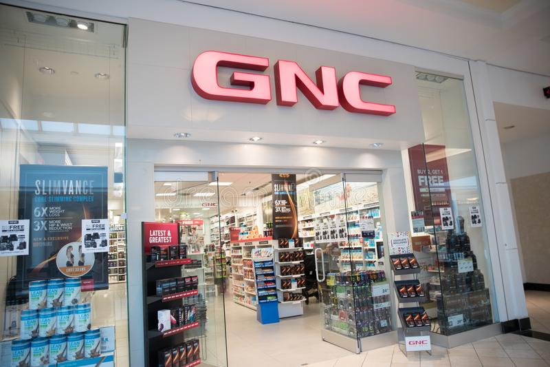 Framdel för GNC-vitaminlager arkivbild