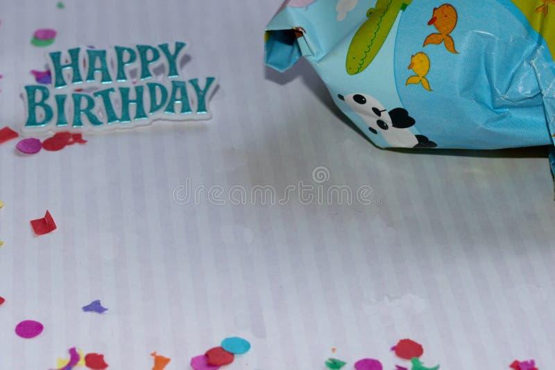 Framdel och avlägsen sikt på en födelsedaggåva och med partigarnering royaltyfria foton