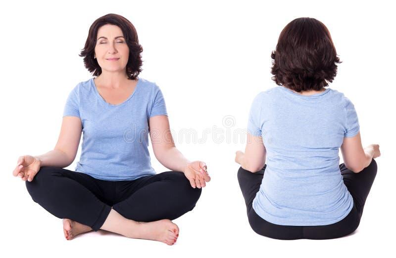 Framdel- och baksidasikten av den mogna kvinnan i yoga poserar isolerat på whi royaltyfri foto
