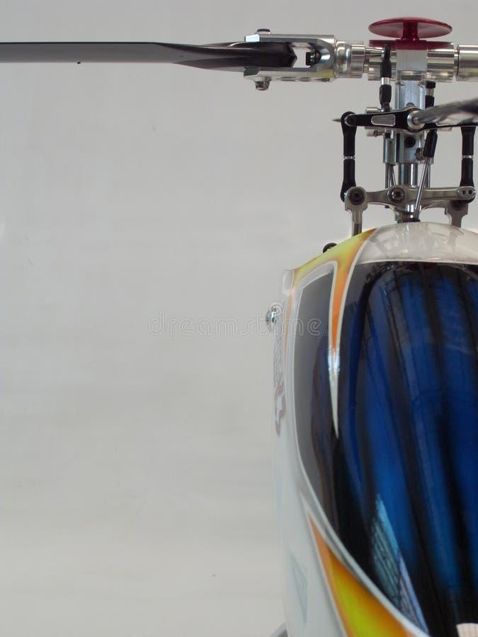 Framdel-sida sikt av en helikopter RC kontrollerad helikopterremote arkivfoto
