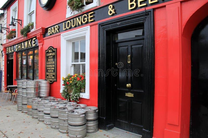 Framdelen av Bill Chawke Bar och öl arbeta i trädgården, etablerad 1846, by av Adare, Irland, Oktober, 2014 royaltyfri foto