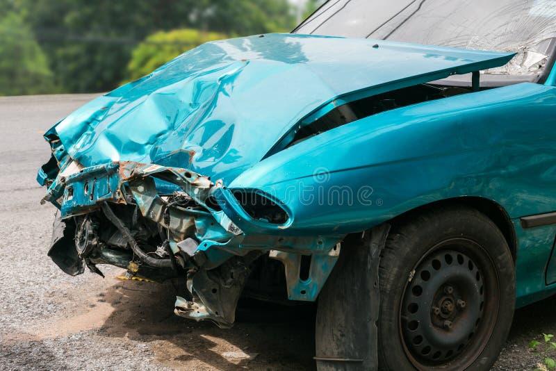 Framdelen av den gröna bilen fick skadad av en slump på vägen royaltyfri foto