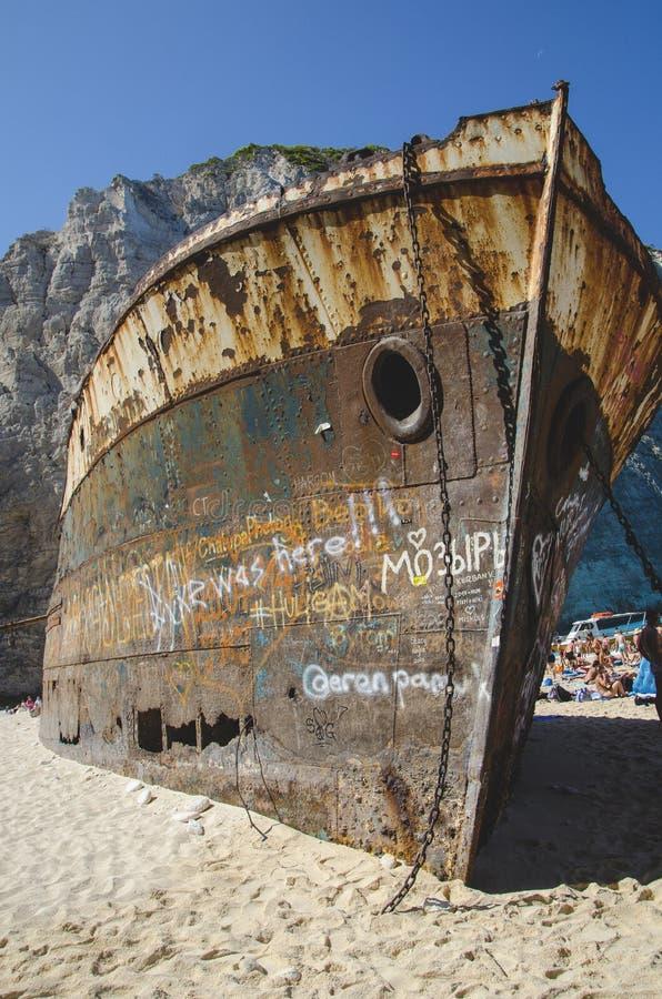Framdelen av den rostiga skeppsbrottet Navagio på den Zakynthos ön, Grekland arkivbild