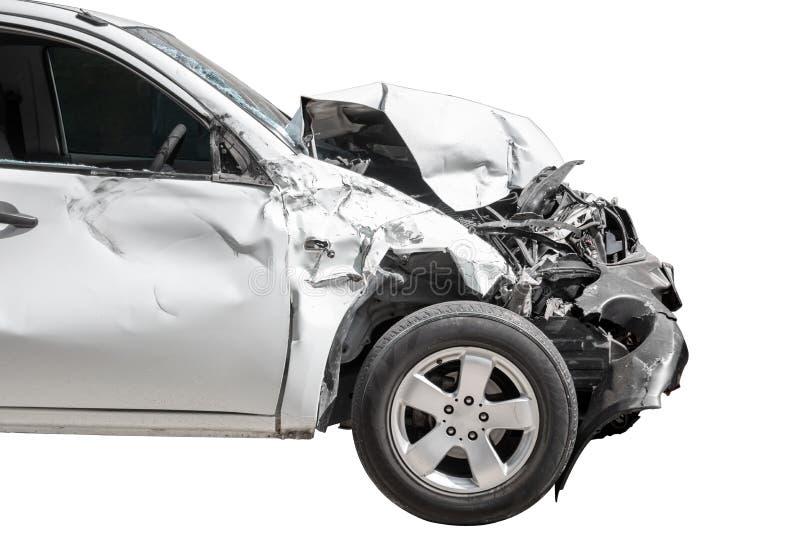 Framdelen av den vita färgbilen skadlig och som är bruten av en slump på vägparkering, kan inte köra mer Isolerat p? vit bakcgrou arkivbilder