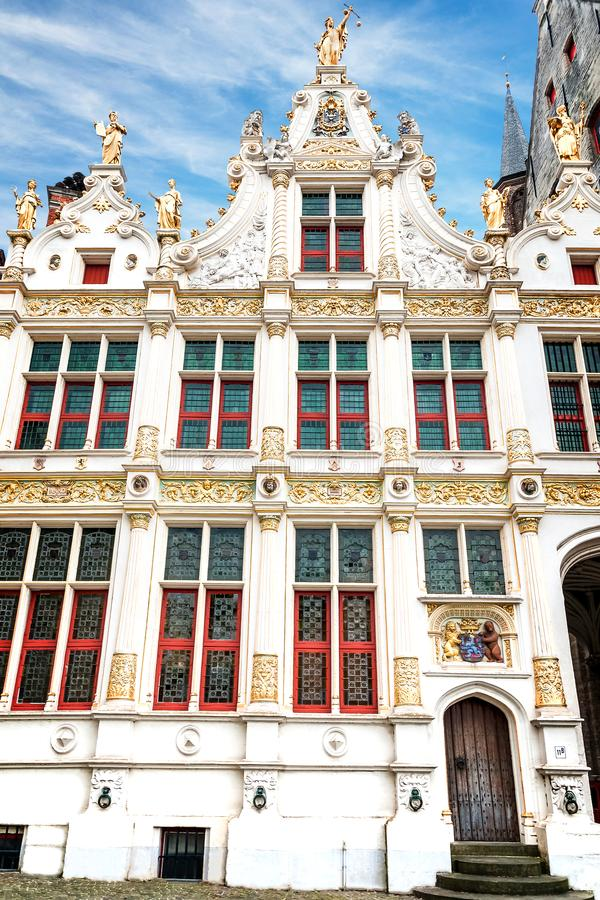 Framdelen av det gamla kanslit på småstadfyrkanten i Bruges arkivfoto