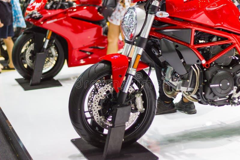 Framdelen av det röda motorcykelDucati monstret på skärm på den internationella motoriska showen Thailand arkivbilder