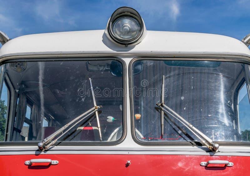 Framdelen av en gammal sovjet gjorde den röda bussen arkivbilder