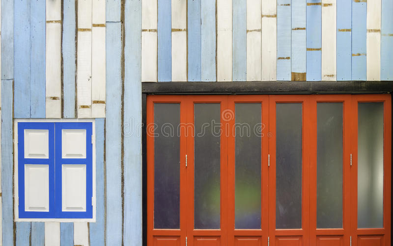 Framdelen av ett hus målade inpatterns och färger royaltyfri bild