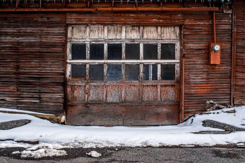 Framdelskott av ett gammalt garage arkivfoto