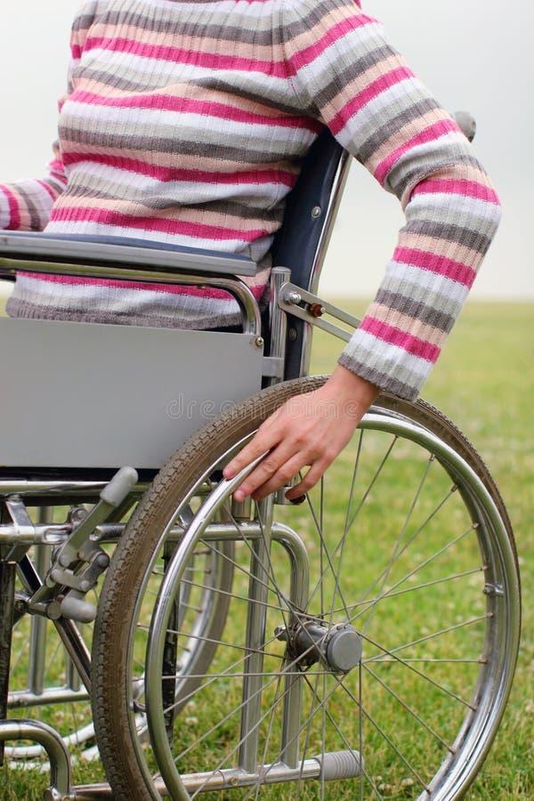 framdriva rullstolkvinna royaltyfria bilder