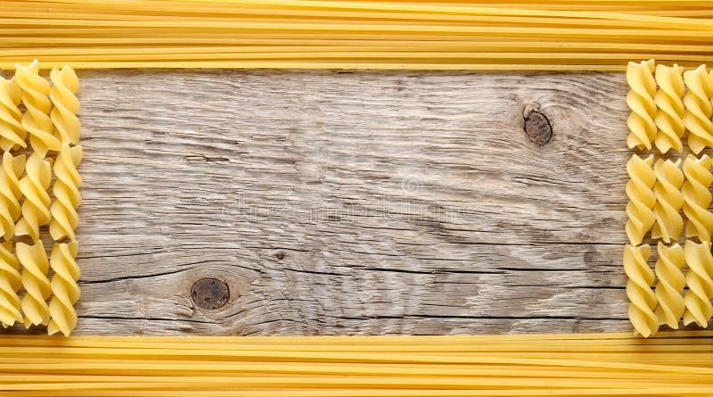 Frame dat van fusilli en spaghetti wordt gemaakt royalty-vrije stock afbeelding
