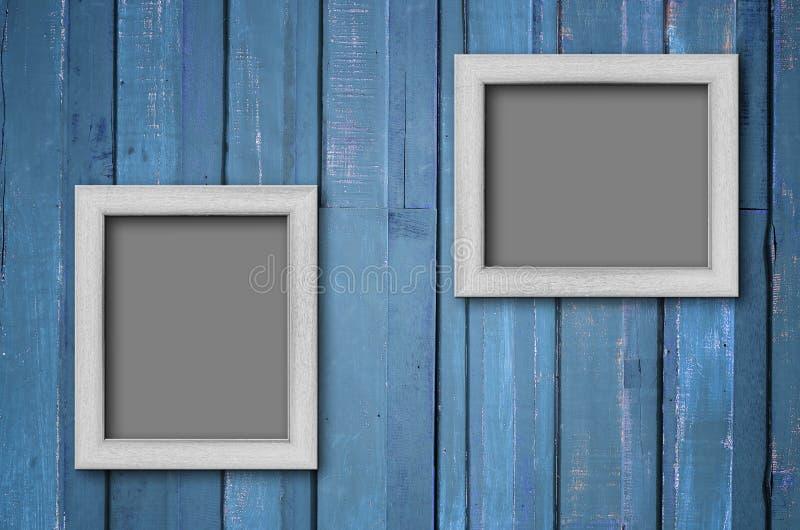 Frame de retrato de madeira branco na parede azul imagem de stock