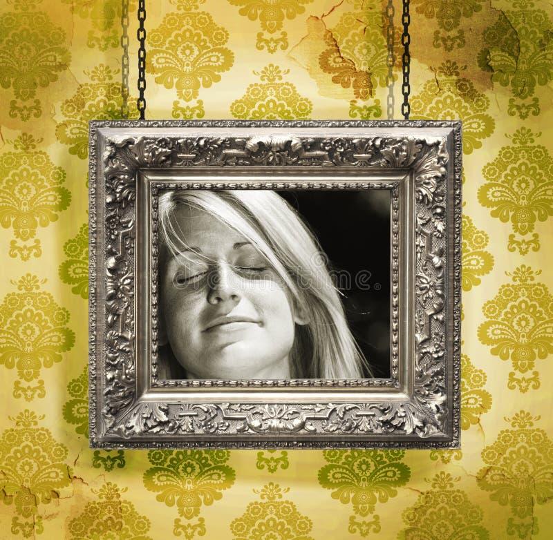Frame de retrato de prata de encontro ao papel de parede floral imagem de stock royalty free