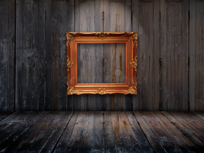 Frame de retrato velho na parede de madeira imagem de stock