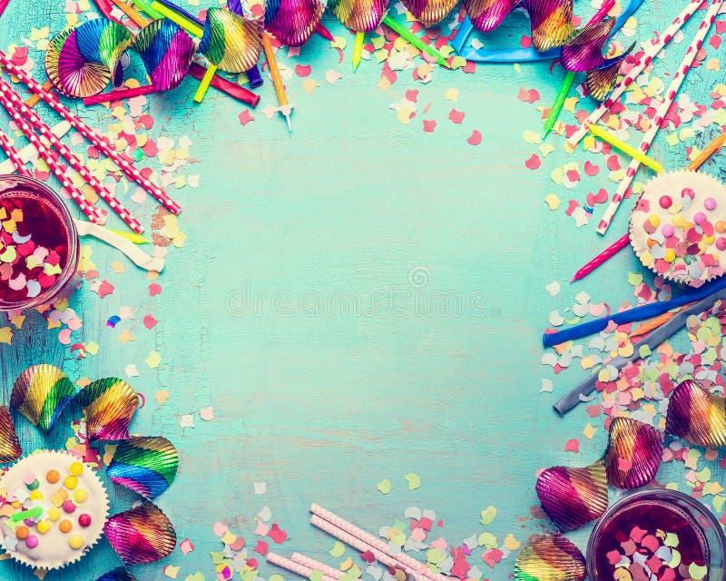 Frame do feliz aniversario Party ferramentas com bolo, bebidas e confetes no fundo chique gasto de turquesa, vista superior, luga imagem de stock