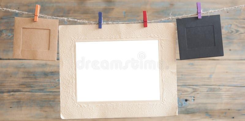 Frames da foto no fundo de madeira imagem de stock royalty free