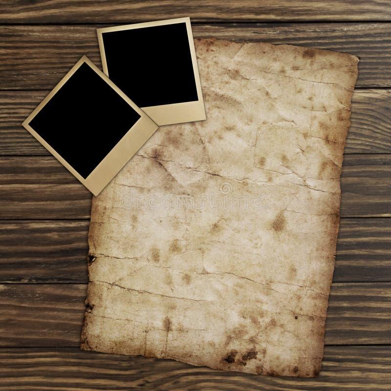 Frames em branco velhos das fotos que encontram-se em uma superfície de madeira ilustração stock