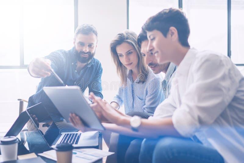 framför affärsidéen isolerade mötet 3d white Coworkerslag som arbetar nytt startup projekt på det moderna kontoret Analysera affä royaltyfri fotografi