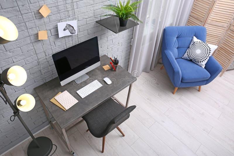 framför det moderna kontoret för hemmiljön 3d royaltyfria foton