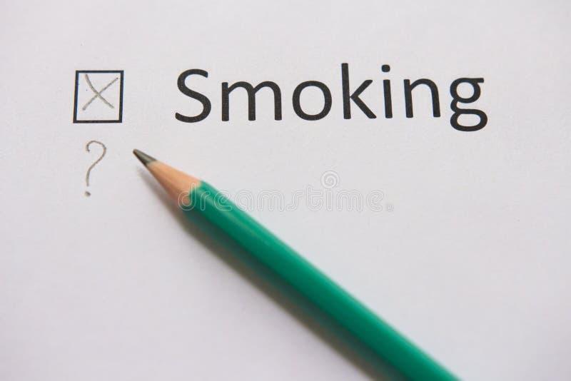 framförd anti bild som 3d avslutas rökning ordet ATT RÖKA är skriftligt på vitbok med korset, och grå färger ritar royaltyfri bild