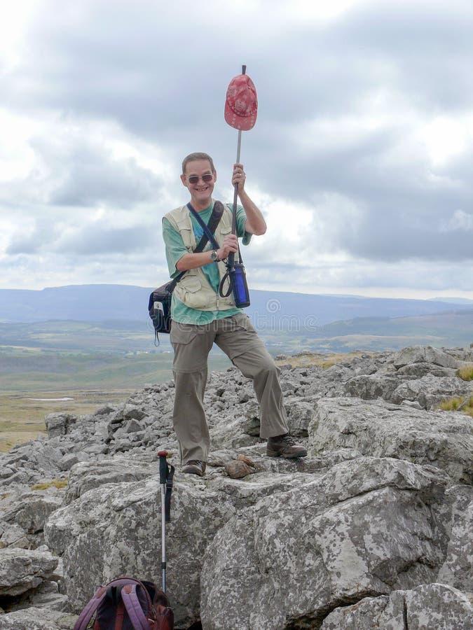 Framgång av fotvandrarens klättring royaltyfri bild