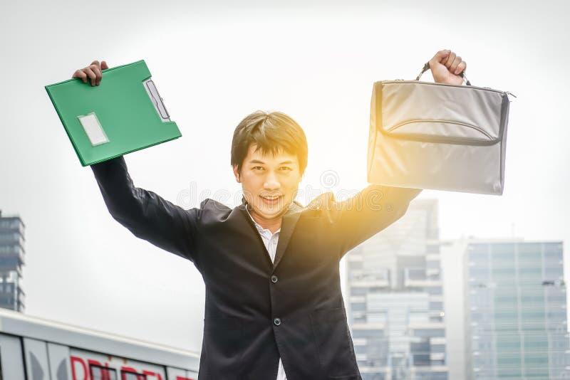 Framgång för affärsman Affärsmanvinnare lycklig seger Triumph seger av lyckat folk, personen eller den utövande chefen i dräkt royaltyfri bild