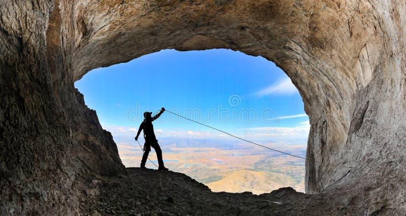 Framgång för grottamaximumklättring arkivfoton