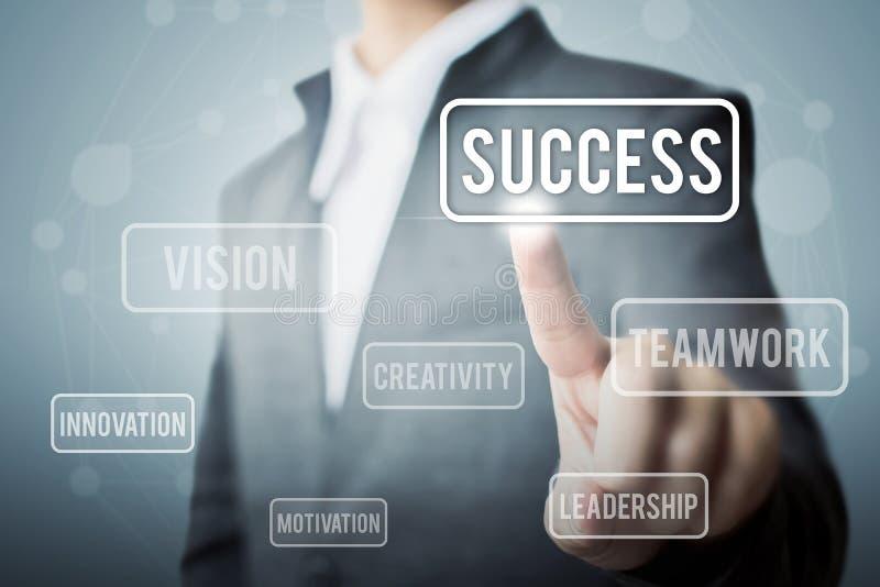Framgång för ord för affärsmanhand rörande, begreppsdel till framgång royaltyfria bilder
