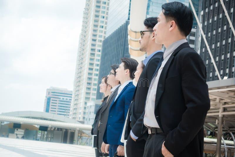 Framgång för tillväxt för beskickning för mål för inspiration för affärsfolk som ser ut ur ramen - framtida begrepp arkivbild