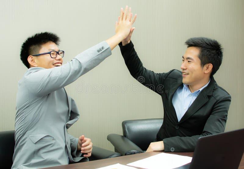 Framgång för två affärsmän på deras projekt arkivfoton