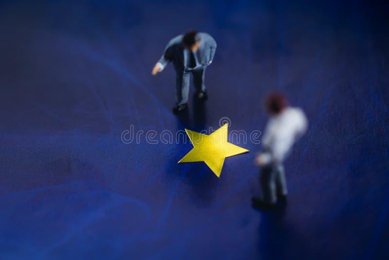 Framgång i affärs- eller talangbegrepp Bästa sikt av två miniatyraffärsman Standing på en gul guld- stjärna Män som in diskuterar fotografering för bildbyråer