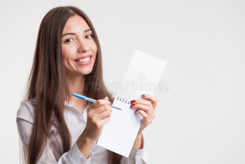 Framgång i affärs-, jobb- och utbildningsbegrepp Stående av den unga härliga affärskvinnan med skrivplattahandstil, på den vita b arkivfoto