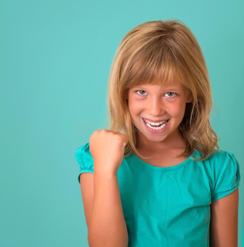 framgång Isolerade fira för vinnande lyckad liten flicka för stående lyckligt extatiskt vara vinnaren turkosbakgrund arkivfoto