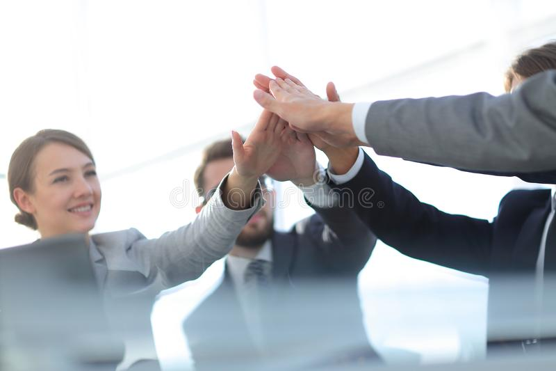 Framgång och seger Begreppet av teamwork royaltyfri foto