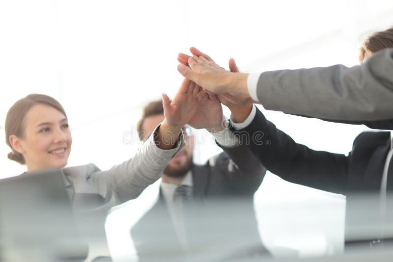 Framgång och seger Begreppet av teamwork royaltyfri bild